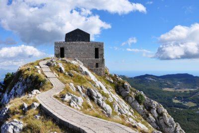 Горная дорога к древнему мавзолею на Ловчене