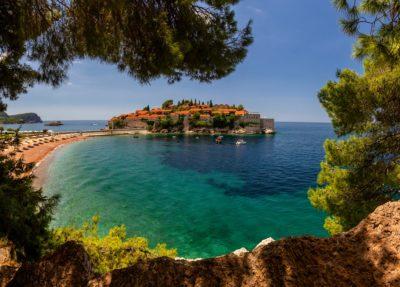 Остров Свети Стефан в Будве в прекрасный летний день, Черногория