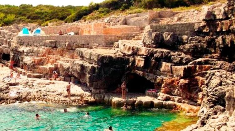 Бухта Весло: скалистый пляж полуострова Луштицы
