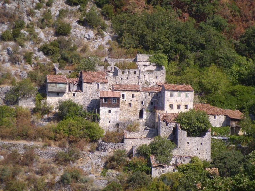 Горня Брца - заброшенная аутентичная деревенька в Черногории