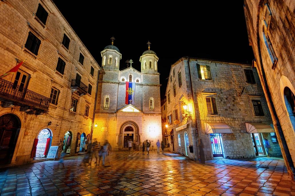 Церковь Святого Николая в городе Котор вечером