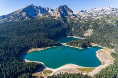 Вид сверху на Черное озеро Черногории