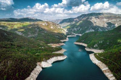 Вид сверху на Пивское озеро в Черногории