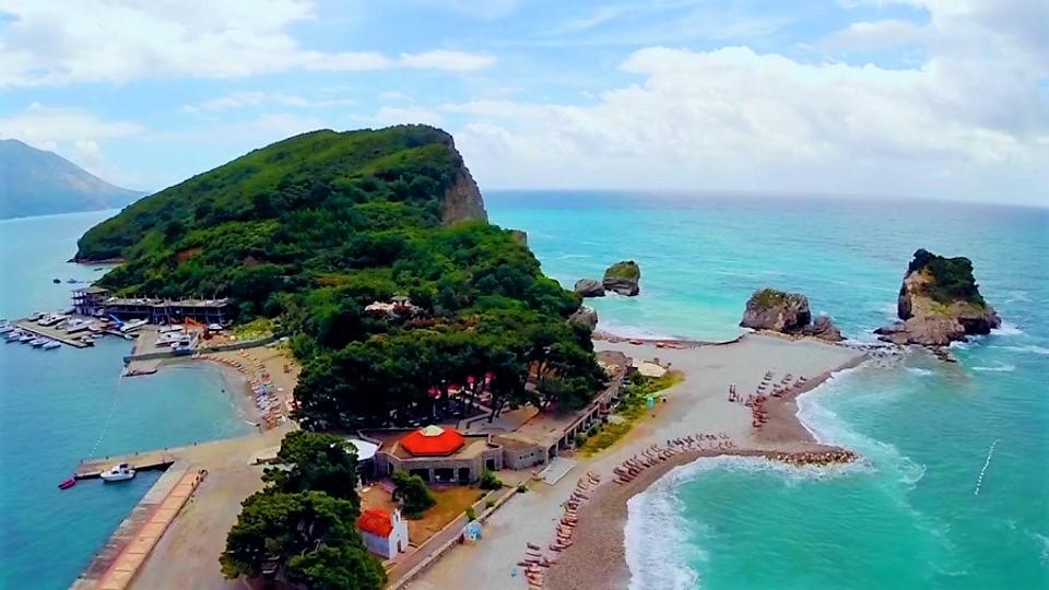 Пляж Гавайи на острове Святого Николая Будванской ривьеры