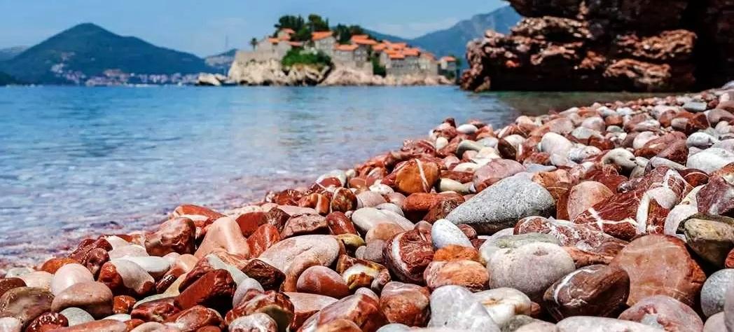 Пляж Красная голова. Место для уединения на Будванской ривьере