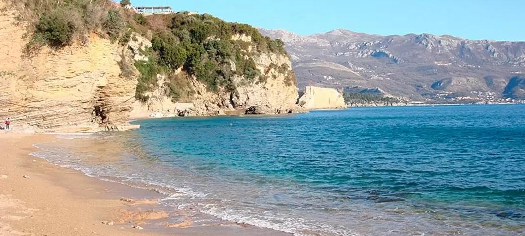 Пляж Могрен II. Скалистый курорт Будванской ривьеры