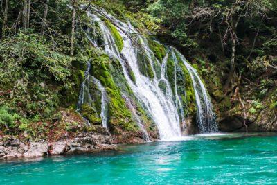 Красивые водопады в ущелье Тары